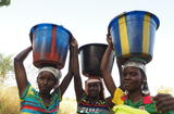Femme du Burkina - Women carrying water in Burkina Faso © Nick Danzinger