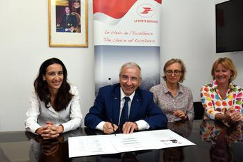 La Poste Monaco s'engage pour la transition énergétique - Jean-Luc Delcroix signs the National Pact Commitment Charter alongside Isabelle Curau-Bloch (left) and members of the Post Office Management Committee (right)Photo credit: © Manuel Vitali / Government Communication Department