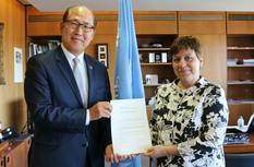 OMI - M. Kitack Lim, Secretary-General of the International Maritime Organization and Ms. Isabelle Rosabrunetto, Permanent Representative of Monaco to the International Maritime Organization  ©DR
