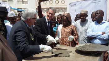 VT mali pause pierre - Laying the foundation stone at the cardiac catheterisation unit in Mali in the presence of the Minister of Public Health and Hygiene and François Bourlon, paediatric cardiologist at the Monaco Cardiothoracic Centre, Vice-President of the Share association ©DCI